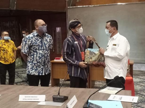 Bupati Pessel, Rusma Yul Anwar bersama Menteri Pariwisata, Sandiaga Uno dan Anggota DPR RI Andre Rosiade