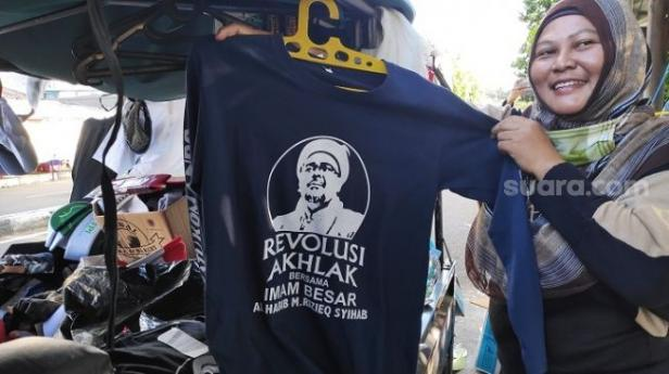 Kaos bergambar Habib Rizieq Shihab yang dibeli warga di Petamburan, Jakpus.