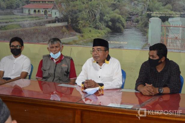 Chairul Anwar (dua dari kanan) saat bersilaturrahmi dengan Balai Wartawan Luak Limopuluah, Selasa (20/4).