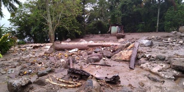 Banjir bandang menerjang Jorong Tanjuang Sawah, Nagari Padang Laweh Malalo, Kecamatan Batipuh Selatan.
