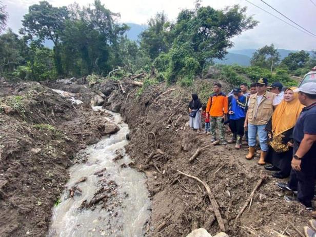 Gubernur Sumbar Irwan Prayitno meninjau lokasi banjir bandang di Tanah Datar