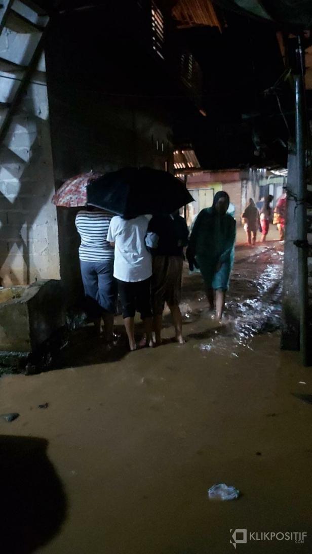 Suasana di Nagari Manggilang pasca meluapnya air Sungai Batang Manggilang