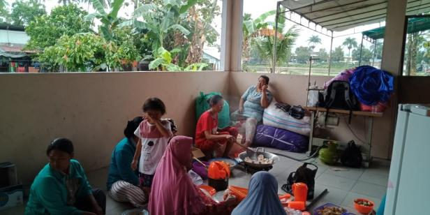 Kondisi warga saat mengungsi di pos pengungsian yang disediakan bagi korban baniir