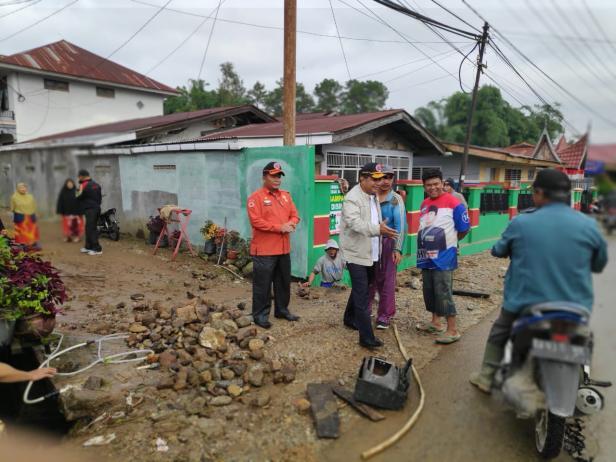 Wakil Bupati Solok, Yulfadri Nurdin bersama Kalaksa BPBD meninjau lokasi bencana