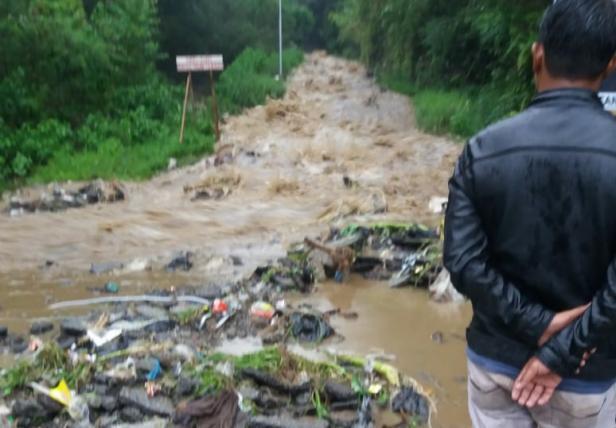 Banjir dan longsor menutup jalan di Alahan Panjang