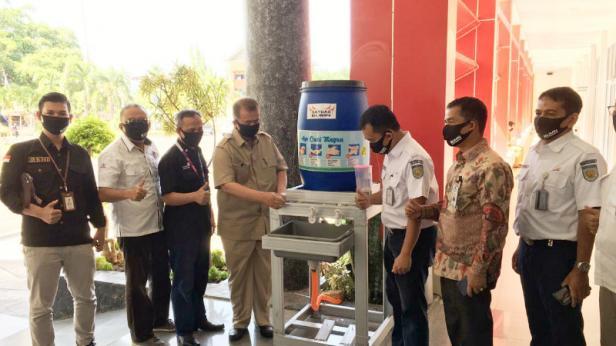 PT Semen Padang bersama BUMN lainnya di Sumbar, yang tergabung dalam Satgas Bencana Nasional BUMN Sumbar, memberikan bantuan kepada Pemprov Sumbar, Selasa (21/4)