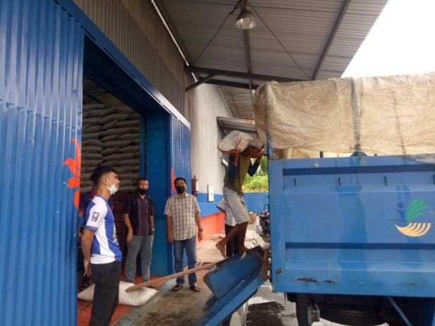 Bantuan beras untuk korban banjir di Rahul Tapan Pessel