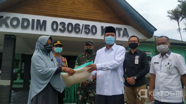 Bupati Irfendi Arbi didampingi Dandim dan Kapolres 50 Kota serahkan bantuan sembako di Kodim 0306/50 Kota.