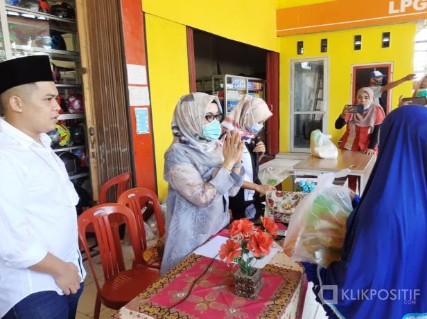 Owner Asiva Group Muhammad Iqra Chissa dampingi Ibunya Ny. Hj. Silvia Ningsih saat menyalurkan paket sembako