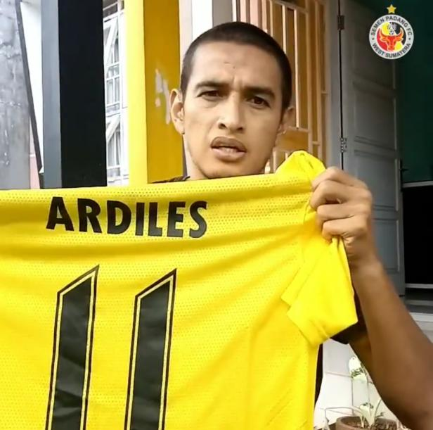 Mantan pemain Semen Padang FC memperlihatkan jersey away yang dipakainya saat dirinya membawa Kabau Sirah kembali ke Liga 1 2019