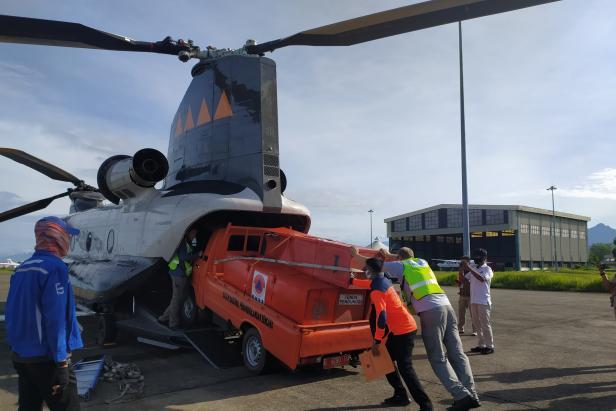 Mobil pengangkut logistik bencana masuk ke Helikopter di Bandara Internasional Minangkabau