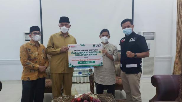 Gubernur Sumbar Mahyeldi Ansharullah menyerahkan bantuan masyarakat Sumbar kepada ACT untuk bencana Sulbar