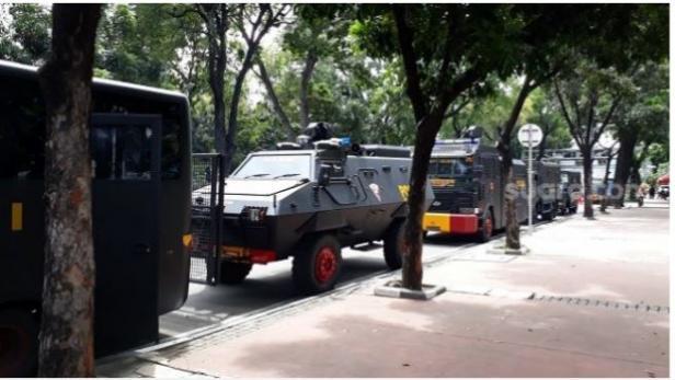 Mobil barracuda dan pengurai massa (Raisa) siaga jelang demo buruh di gedung MK, Rabu (16/12/2020).