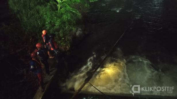 Tim SAR Gabungan mencari korban di pinggir sungai