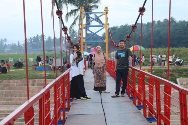 Jembatan Merah jadi salah satu lokasi favorit pengunjung untuk berfoto.