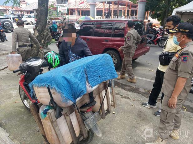 Pengendara di Payakumbuh ditangkap saat razia masker dan kedapatan membawa miras jenis tuak.