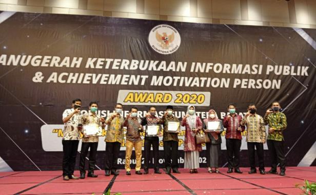 Ketua Bawaslu Kabupaten Solok, Afrimemori (dua dari kiri) saat menerima anugerah dari Komisi Informasi Sumbar di Hotel Grand Zuri Padang