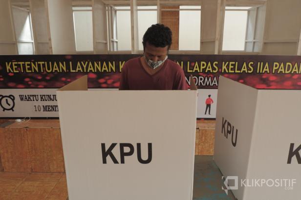 Salah seorang warga binaan melakukan pencoblosan di Lapas Kelas II A Muaro Padang