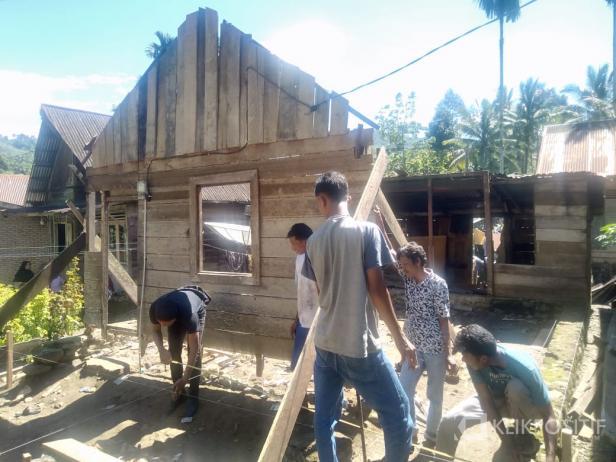 Warga secara gotong royong membantu membangun rumah salah seorang warga yang dapat bantuan bedah rumah di Jembatan Panjang, Nagari Kajai