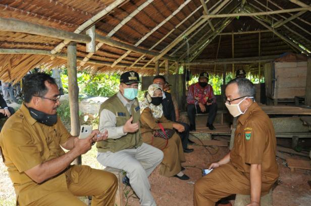 Wagub Sumbar Nasrul Abit saat mengunjungi beberapa sekolah di Siberut