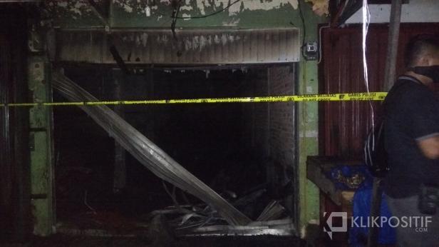 Polisi Memasang Police Line di Toko yang Terbakar di Kawasan Pasar Raya Padang