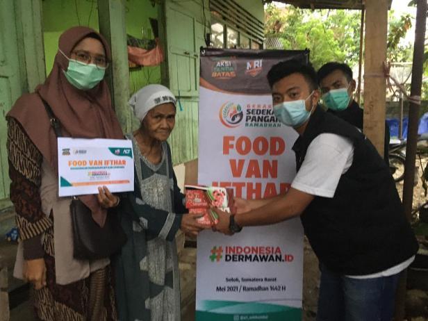 Penyerahan paket bantuan berbuka kepada masyarakat dari ACT Solok