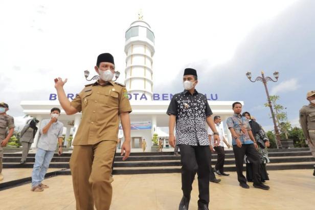 Wawako Solok, Dr. Ramadhani Kirana Putra saat diajak berkeliling oleh Wawako Bengkulu, Dedy Wahyudi