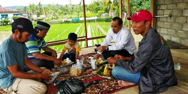 Wawako Solok Reinier saat mengunjungi Budidaya ikan sistem mina padi di Kelompok Tani Bara Api, Simpang Rumbio