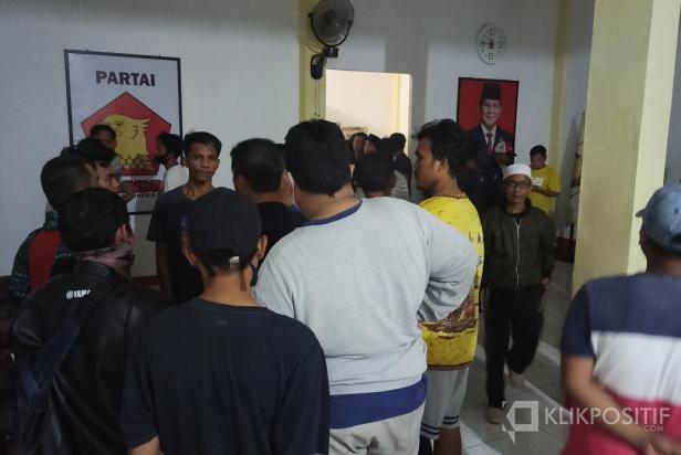 Suasana saat warga melakukan penggrebekan di Kantor DPC Partai Gerindra Pasaman Barat