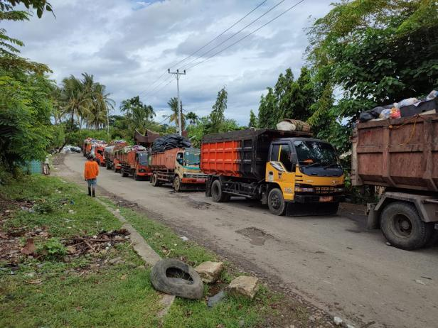 Truk sampah mengantre di TPA Air Dingin Padang