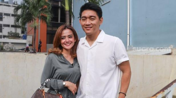 Ifan Seventeen dan kekasihnya, Citra Monica berpose saat ditemui di Kawasan Tendean, Jakarta Selatan, Rabu (20/1/2020).