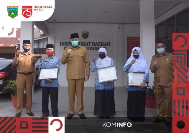 Pensiunan terima penghargaan dari Wako Padang Panjang, Fadly Amran
