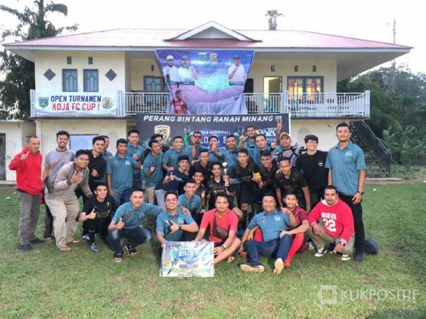 Tigo Kayo FC bersama tim pelatih dan manajemennya usai juarai Turnamen Koja Cup 2020 di Padangpanjang.