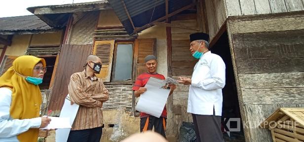 Marfendi saat berdiskusi dengan warga
