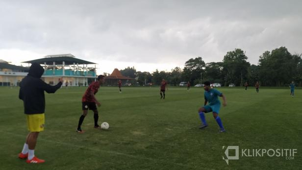 Pelatih Kepala Semen Padang FC Eduardo berdiri di pinggir lapangan saat timnya lawan PPSM Magelang di Lapangan YIS.
