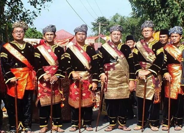 Berpakaian Adat Penghulu di Istano Basa Pagaruyung, Pertahankan Budaya Minangkabau