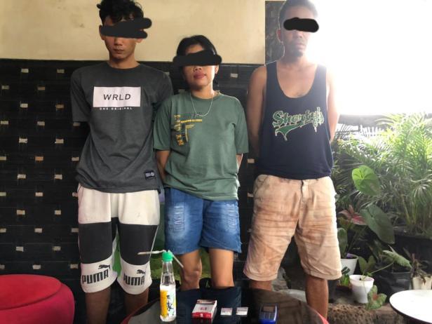 Ketiga pelaku yang seorang wanita saat diamankan polisi Basa Ampek Balai Tapan Pessel