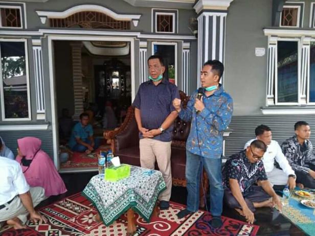Paslon Rusma Yul Anwar (kiri), Rudi Hariansyah (kanan) saat dijamu masyarakat Kecamatan Lunang Pessel