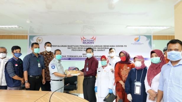 Kepala Jasa Raharja Sumatera Barat (Sumbar) Agung Tri Gunardi sebagai perwakilan Satgas Bencana Nasional BUMN Sumbar menyerahkan bantuan penanggulangan bencana COVID-19 kepada para tenaga medis di kota padang, Senin, 19 Mei 2020.