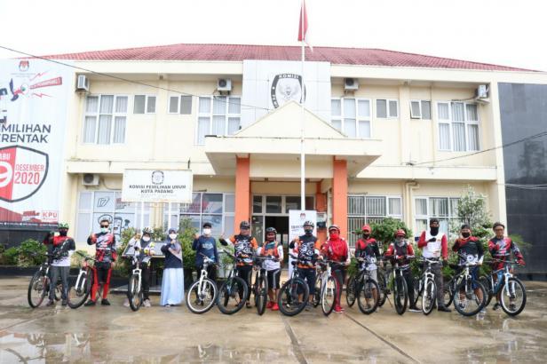 Peserta bersepeda bareng foto di KPU Padang