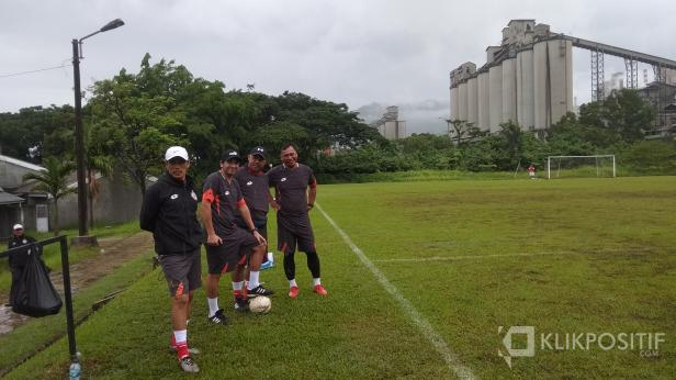 Pelatih Kepala Semen Padang FC Eduardo Almeida (dua dari kiri) Saat Memimpin Seleksi Pemain