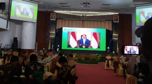 Presiden Jokowi saat memberikan sambutan secara virtual di acara Dies Natalis ke-65 Universitas Andalas pada Senin (13/9) dan sekaligus launching Unand sebagai Perguruan Tinggi Negeri Berbadan Hukum (PTN-BH)