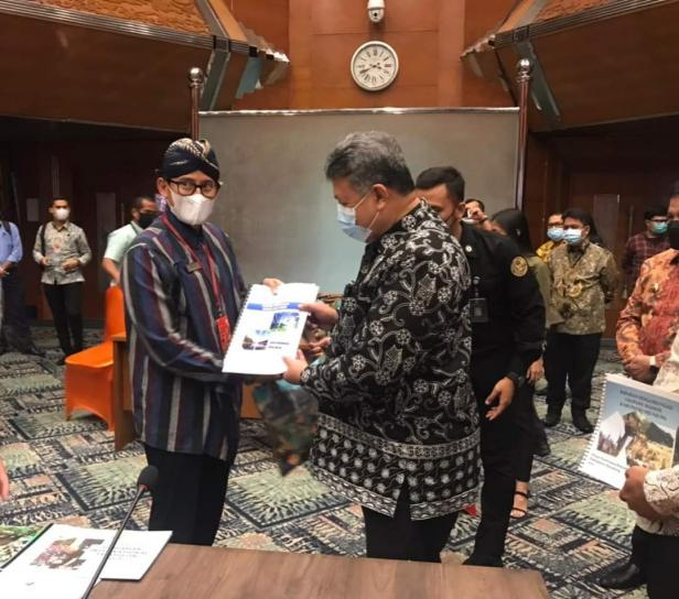 Wako Solok, H. Zul Elfian menyampaikan program pengembangan pariwisata kota Solok kepada Menparekraf, Sandiaga Uno