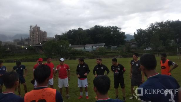 Pelatih Kepala Semen Padang FC Eduardo Almeida Saat Memberi Pengarahan Kepada Pemain