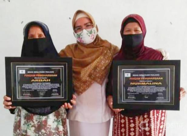Bidan Tota Dina usai beri penghargaan terhadap dua nenek dukun beranak Jorong Pasir Panjang