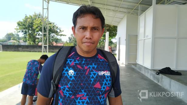 Pelatih kepala Timnas Indonesia U-16 Bima Sakti usai latihan di Lapangan UII Yogyakarta