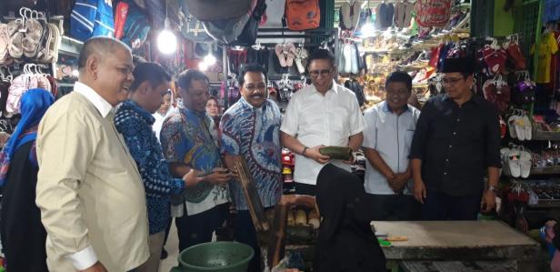 Mulyadi membeli makanan khas Tanah Datar Lamang Tapai di Pasar Batusangkar