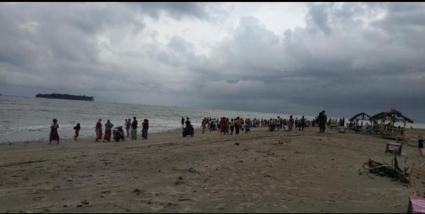 Warga menyaksikan kemunculan buaya di Pantai Tiku