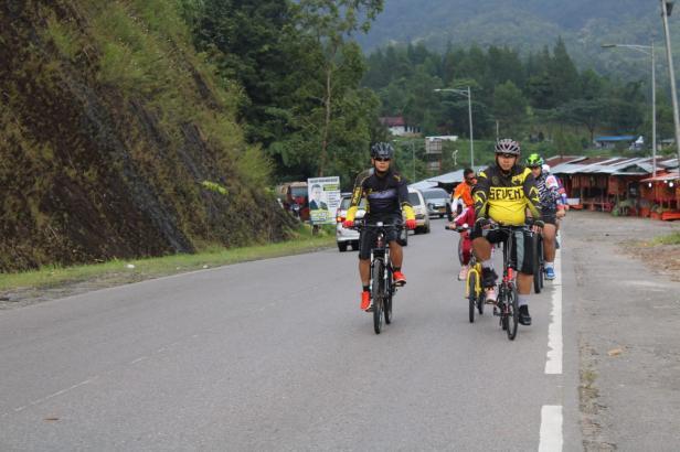 Didampingi Anggota, Kapolres Solok AKBP Azhar Nugroho bersepeda santai melintasi tugu ayam Arosuka