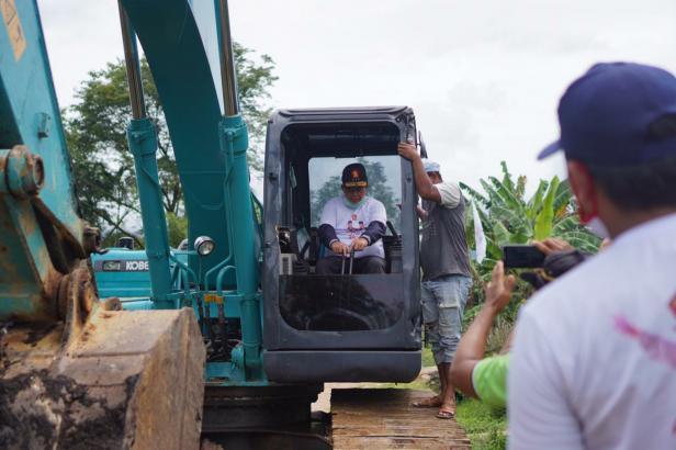 Calon Gubernur Sumbar Nasrul Abit saat buka jalan evakuasi tsunami di Dadok Tunggul Hitam, Kecamatan Koto Tangah, Padang